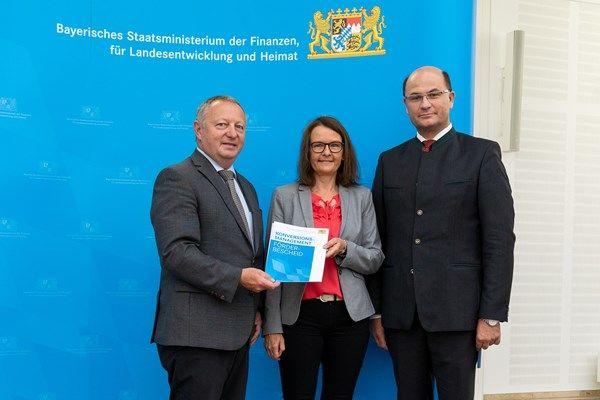 Finanz- und Heimatminister Albert Füracker übergibt Förderbescheide für Regional- und Konversionsmanagements