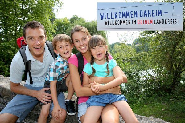 123rf_wandernde Familie - mit Rückkehrerschriftzug