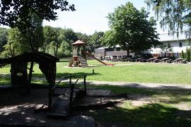 Spielplatz mit Sitzgarnituren